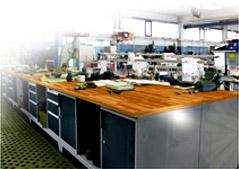 Dílenské stoly, kovové skříně, ponky, vozíky - vybavení dílny.