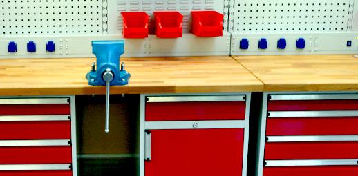 Vybavení dílny - dílenský stůl se zásuvkami, svěrák