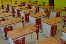 Dílenské stoly - vabyvení školní dílny - Atypické dílenské stoly do žákovské dílny