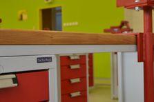 Součástí je podvěsný kontejner a výškově stavitelný svěrák - Atypické dílenské stoly do žákovské dílny