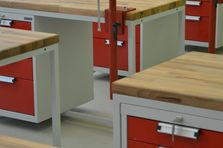 Dílneký stůl tvoří také kontejner se zamykatelnými zásuvkami - Atypické dílenské stoly do žákovské dílny