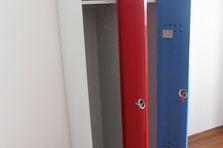 Kovová šatní skříň na soklu LM AM 30 2 1 S -
