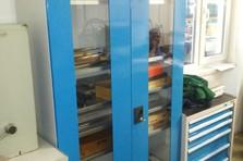 Skříň s prosklenými dveřmi - Vybavení dílny a šatny kovovým nábytkem