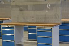 EUROPERFO panel pro zavěšení držáků nářadí a EUROBOX panel pro zavěšení plastových boxů na drobný montážní materiál - Dílenské pracovní stoly ALCERA®