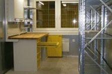 - Dílenské stoly, židle a regály pro stavební společnost