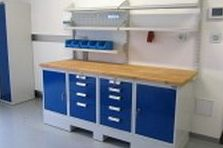Dílenský stůl a šatní skříňka pro soukromé pracoviště