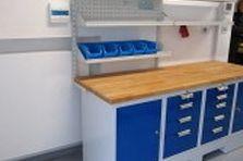 - Dílenský stůl a šatní skříňka pro soukromé pracoviště