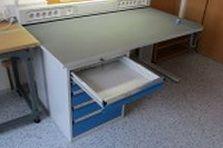Stoly jsou vybaveny energokanály - ESD pracovní stoly pro vědeckou činnost