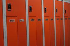 Šatní skříně jsou spojeny do řad - Kovové šatní skříňky pro potravinářský závod