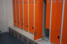 Napojovací prvky připojeny na vzduchotechniku - Kovové šatní skříňky pro potravinářský závod