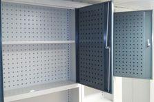 Dílenský stůl s nástavbovými skříňkami - Kovový nábytek pro výzkumný ústav