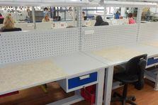Dílenský stůl je osazen osvětlovací rampou - Montážní dílenské stoly výškově stavitelné