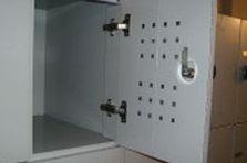- Šatní odkládací boxy pro návštěvníky galerie