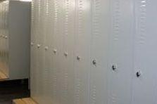 - Šatní skříňky, dodané přes stavební společnost