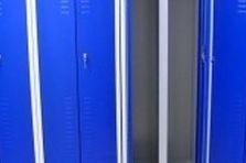 - Šatní skříňky s dvojkřídlými dveřmi
