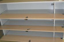 Součástí dveří šatní skříňky je omezovač jejich otevření - Šatní skříňky s lamino dveřmi