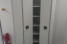 - Skladové skříně s lomenými dveřmi
