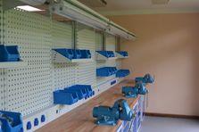 Kovové dílenské stoly jsou plně vybaveny ručním nářadím - Profesionální dílenské stoly jako základ vybavení dílny