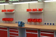 - Profesionální dílenské stoly jako základ vybavení dílny