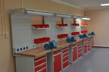 Pracoviště vybavené rampou s osvětlením, závěsným systémem a otočným svěrákem - Profesionální dílenské stoly jako základ vybavení dílny