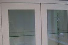 Kovová skříň se skleněnou výplní - Vybavení pro zdravotnické zařízení