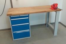 Kovový dílenský stůl se svěrákem - Vybavení šaten, jídelny a dílenského zázemí
